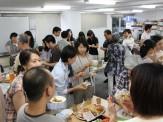 ボランティア交流会の様子です。いろいろな料理を持ち寄って、楽しいひと時のようです。