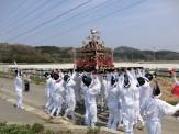 「モミカタ」と呼ばれる約30人の担ぎ手たちが、御神輿の前と後ろから互いに押し合い、もみ合います。